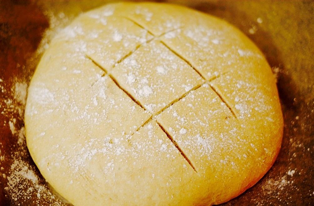 Ich habe mich dieses Mal für ein klassisches, rundes Brot entschieden. Eurer Phantasie sind aber fast keine Grenzen gesetzt