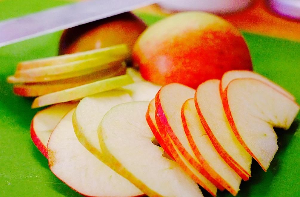 Für acht Apfelrosen benötigt Ihr ungefähr drei Äpfel, die in dünne Scheiben geschnitten werden