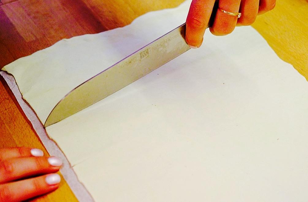 Der ausgerollte Blätterteig wird in circa 10 cm breite Streifen geschnitten
