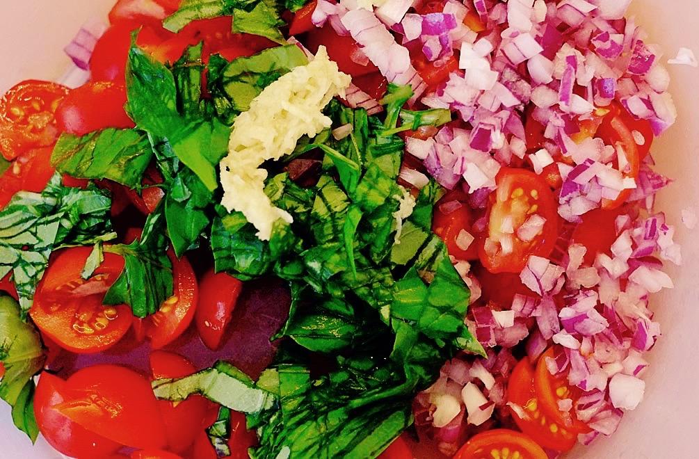 Tomaten, Basilikum, Zwiebeln, Knoblauch – jetzt fehlt nur noch Mais für meinen Maissalat