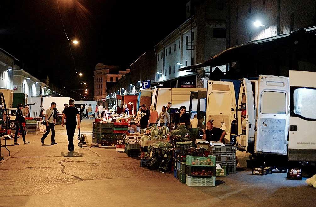Der Nachtmarkt lockt zu später Stunde