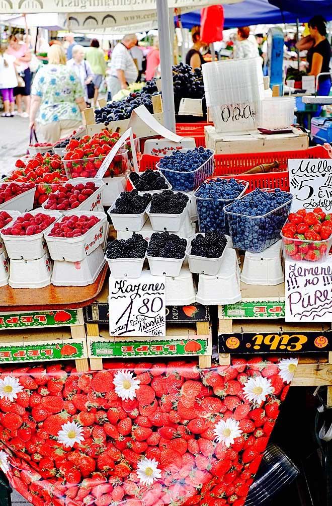 Alle möglichen Sorten von Beeren gibt es auf dem Zentralmarkt in Riga