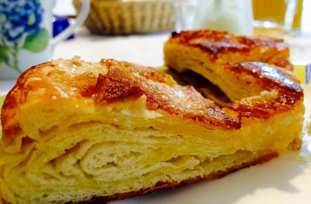 Locker, blättrig, buttrig, sehr süß und richtig lecker – der Kouign Amann auf unserem Frühstückstisch