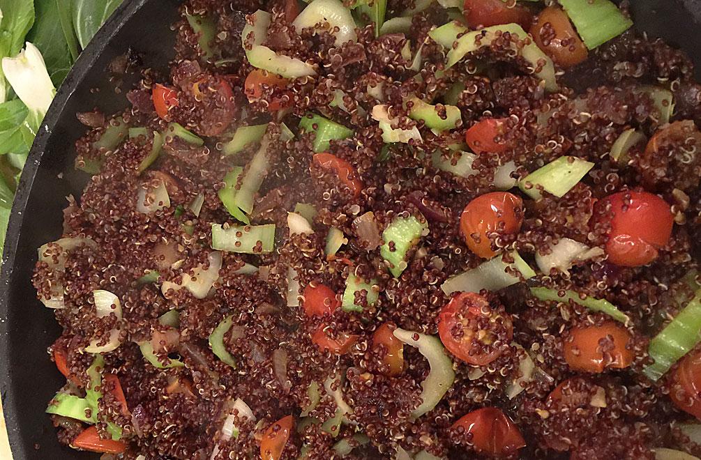 Die Quinoa-Mischung mit dem Gemüse