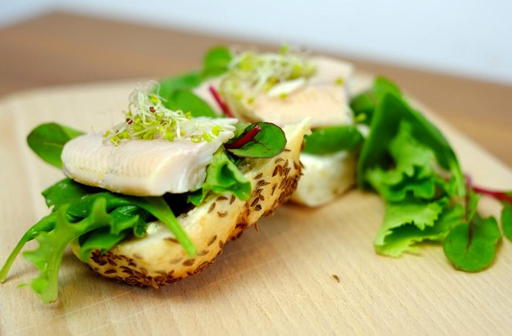 Der perfekte Snack gegen den kleinen Hunger – Forelle mit frischem Kümmelbrot
