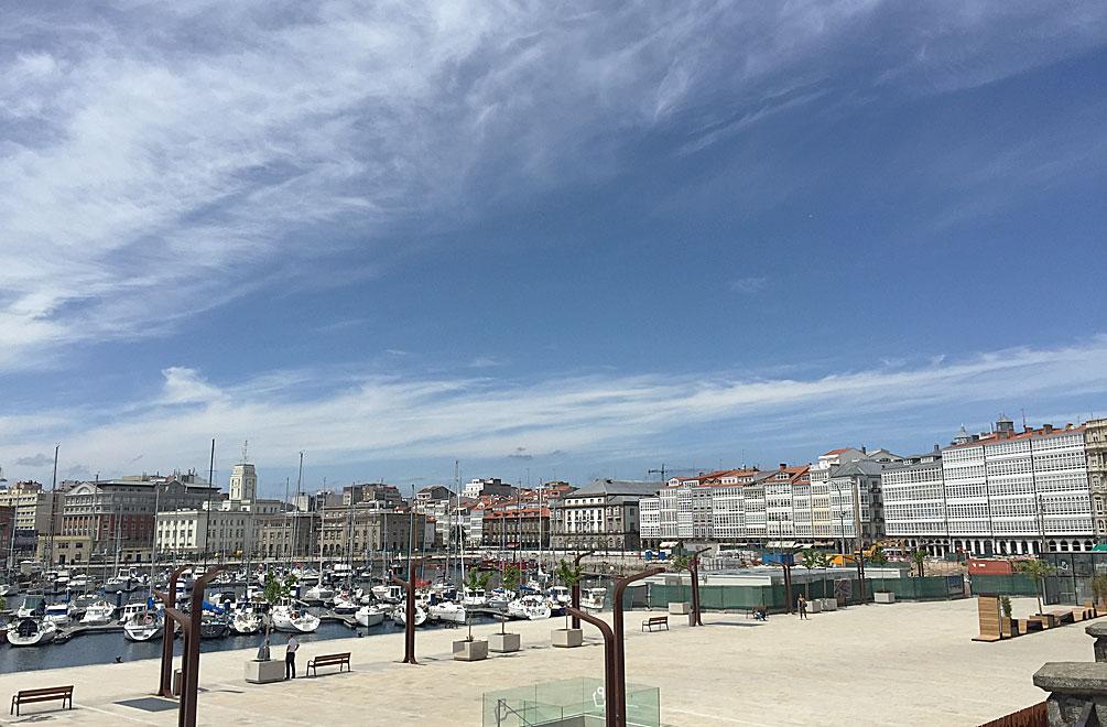 Blick auf A Coruña von der Strandpromenade