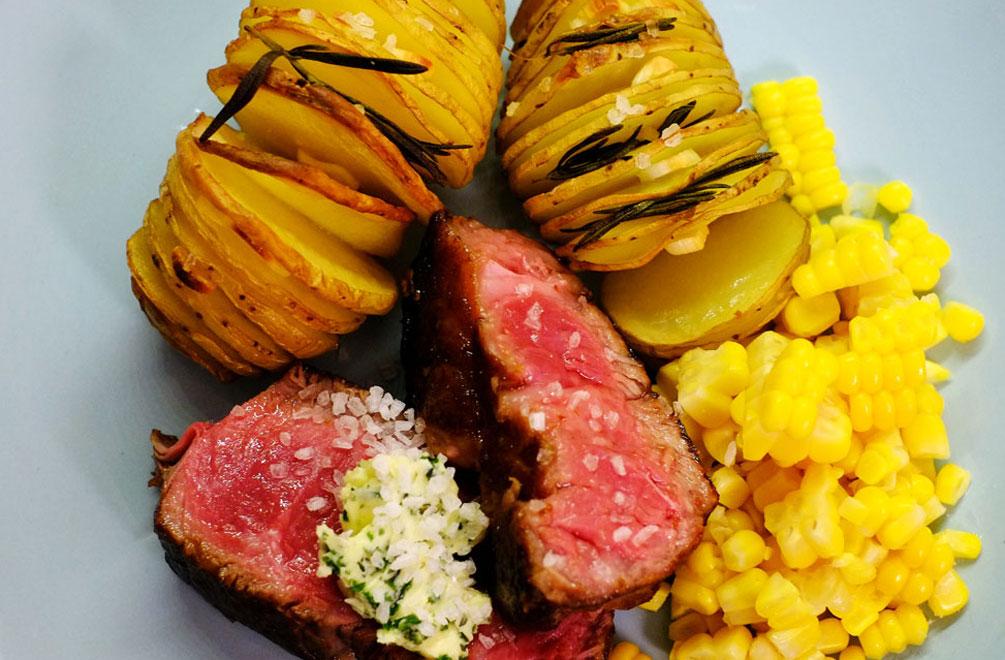 Zusammen mit einem schönen Stück Fleisch enfalten die Hasselback-Kartoffeln ihren Geschmack besonders gut